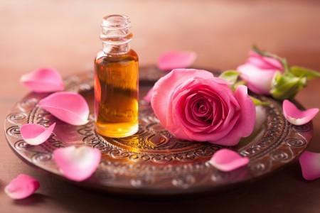 Розовое масло: полезная драгоценность для волос